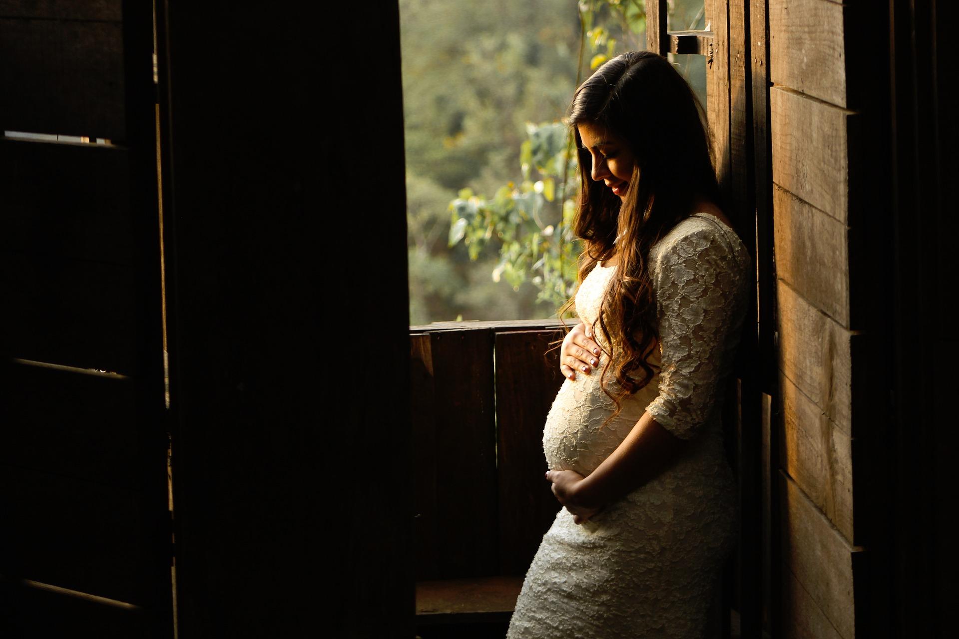 うつむく妊婦
