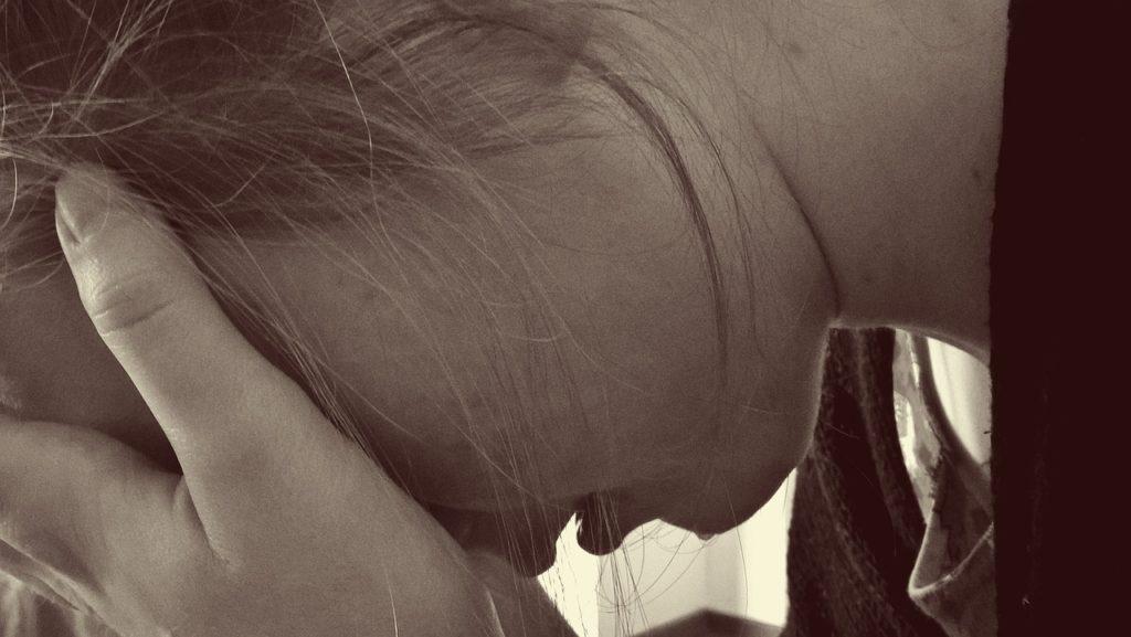 夫の浮気に悲しむ女性