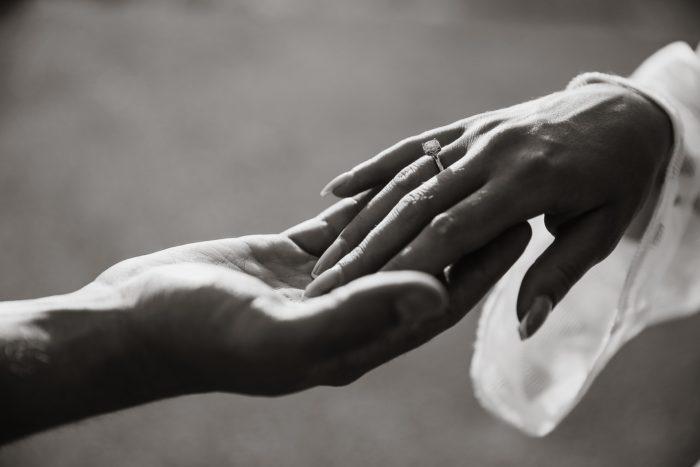 妻に手を差し伸べる