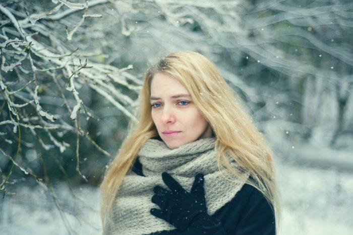 雪の中で思いつめる女性