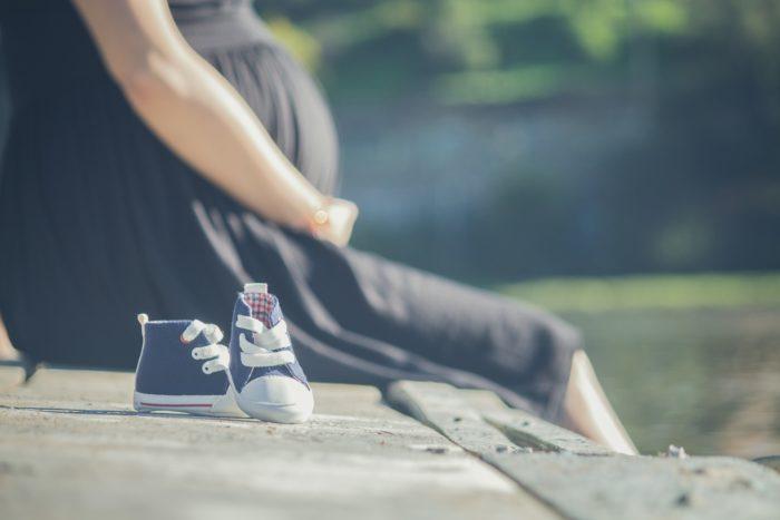 妊婦とベビー靴