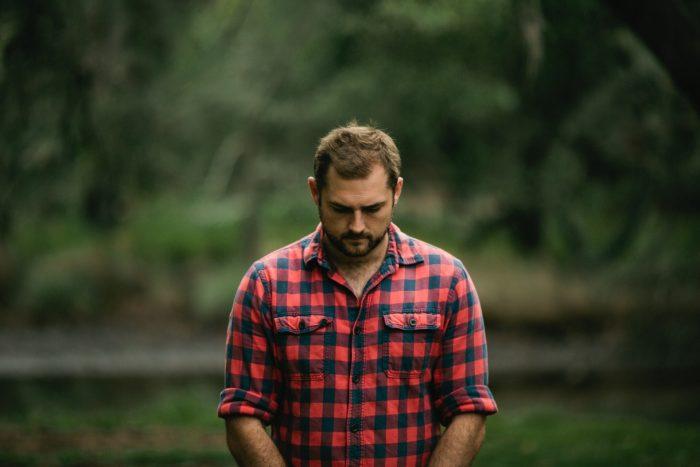 ネルシャツの男