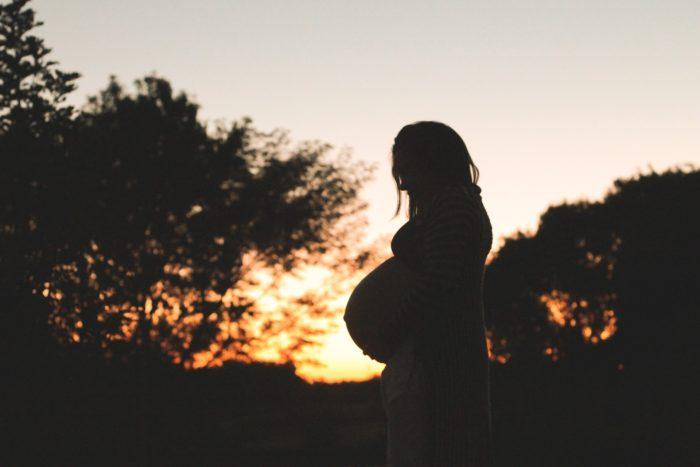 夕暮れの妊婦