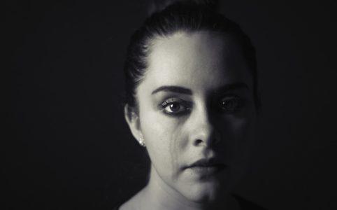 涙する女性