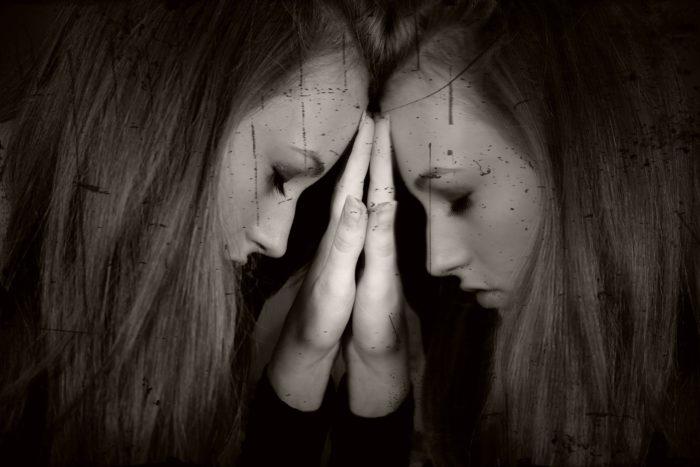鏡に頭をつける女性