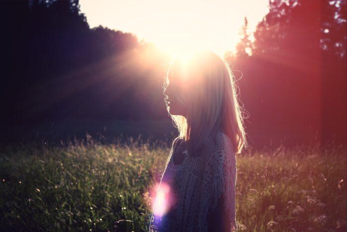 頭にサンセットの光を浴びた女性