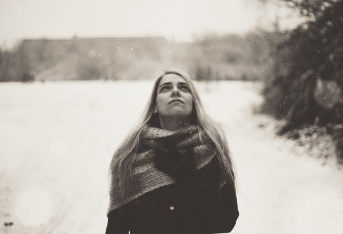冬空を見上げる女性