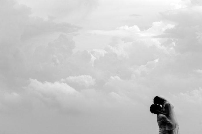 曇り空の下で抱き合う二人