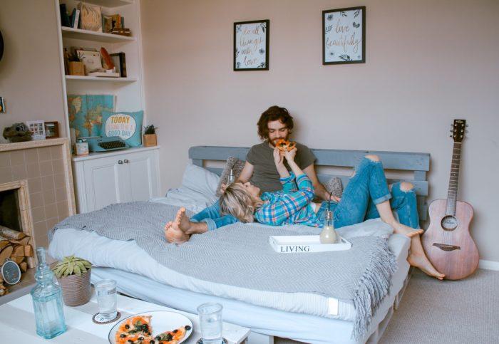 ベッドの上でくつろぐ男女
