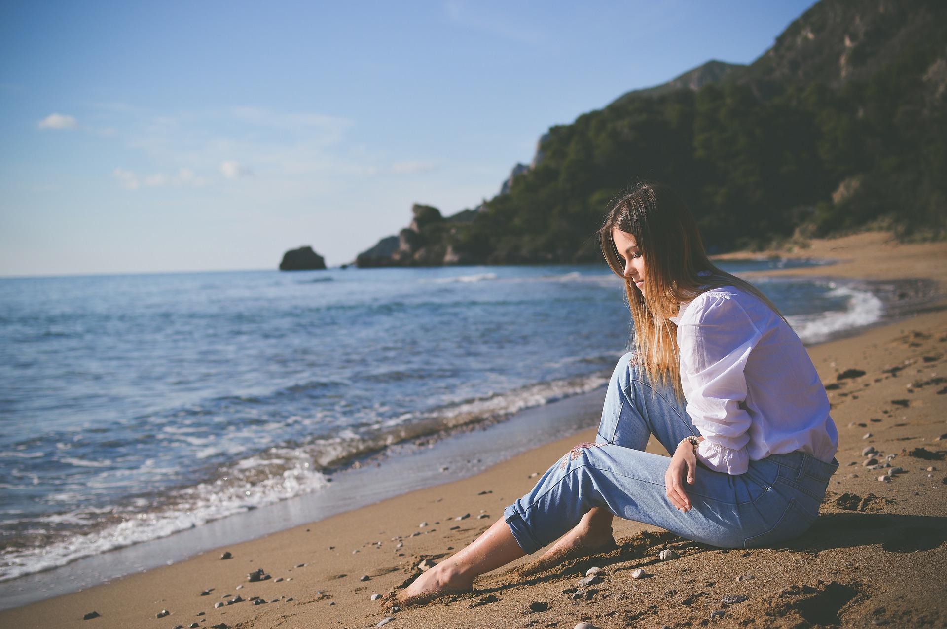 ビーチに座る女性