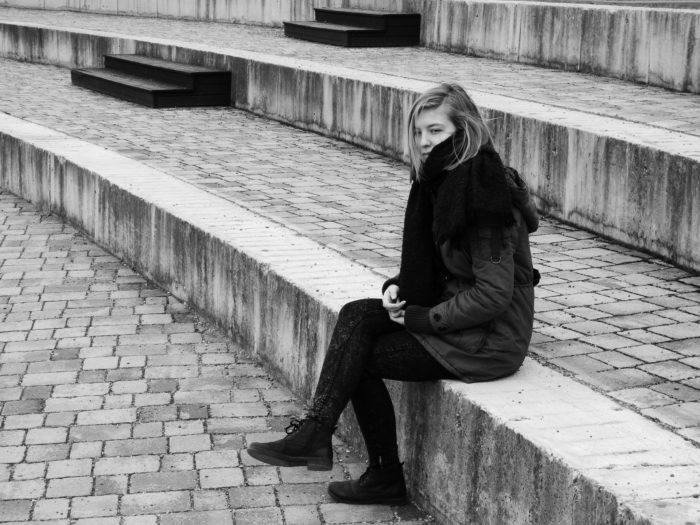白黒座る女性