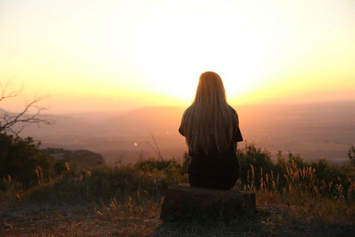 岩に腰掛ける女性