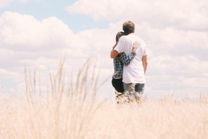 抱き合う後ろ姿