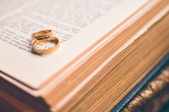 本の上の結婚指輪