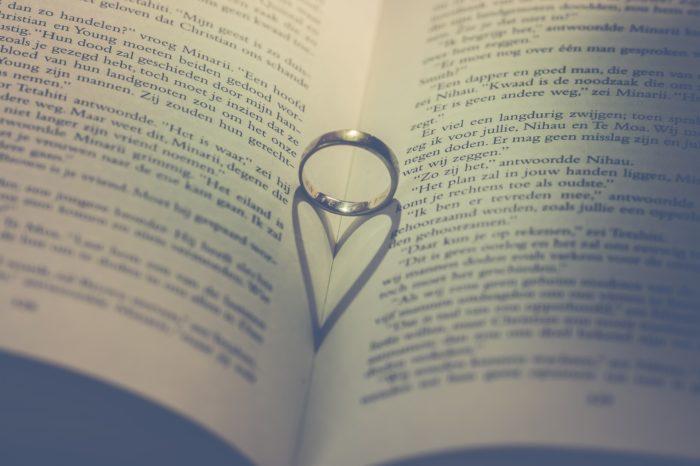 本の上のリング