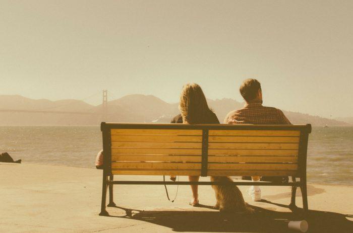 ベンチにすわるカップル