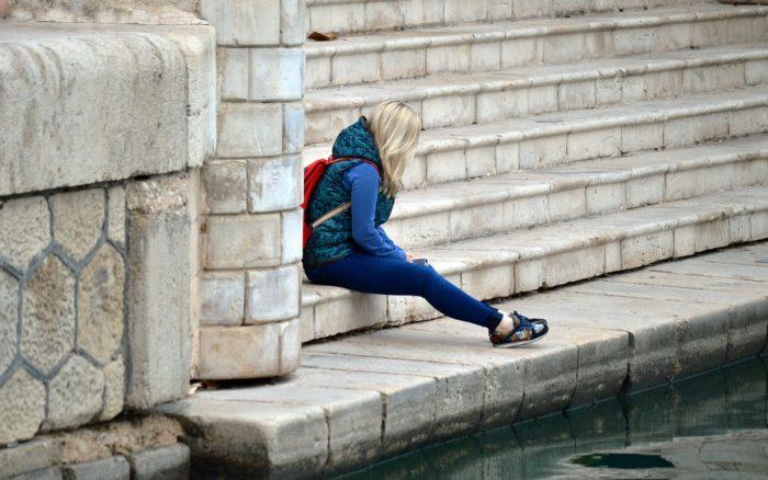 階段で座る女性