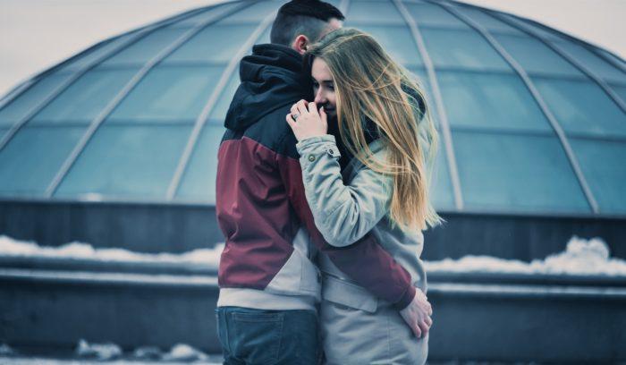 冬空の下抱き合う