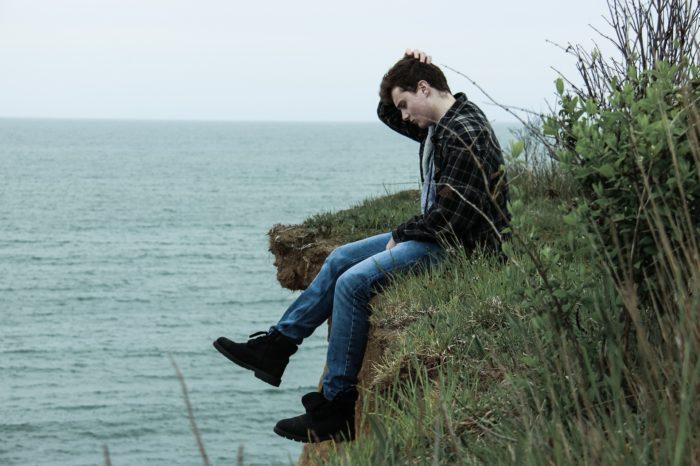 岸に座る男性