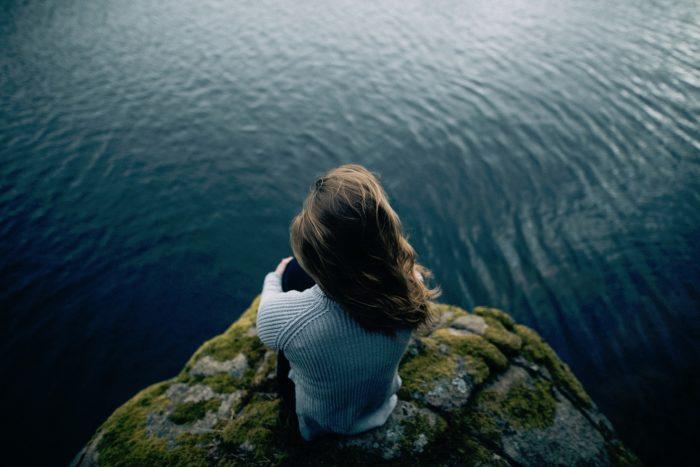 水辺の後ろ姿女性