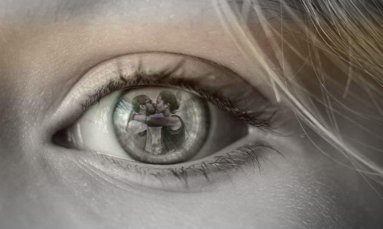 目の中のカップル
