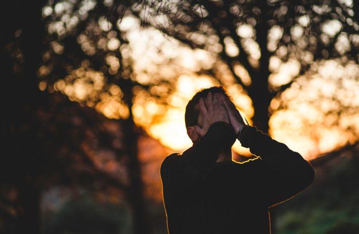 顔を手で覆う男性
