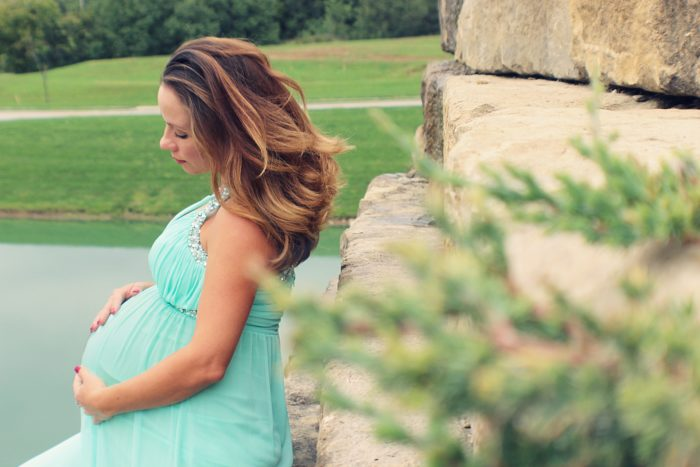 水色ドレスの妊婦