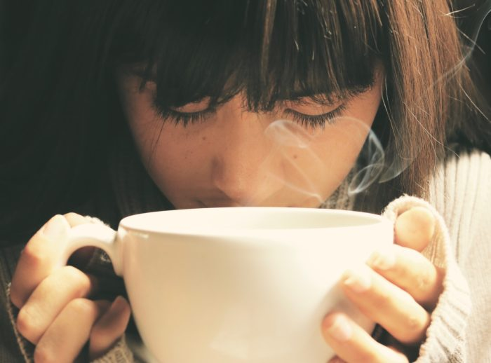 大きなマグカップと女性