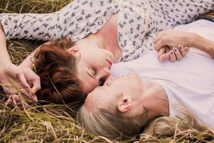 草の上に寝ころぶ男女