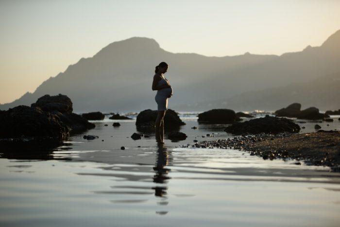水辺の妊婦