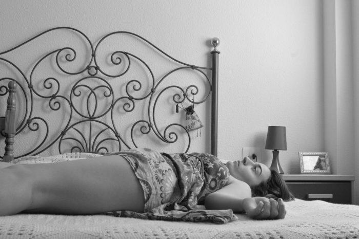 ベッドに寝ころぶ女性