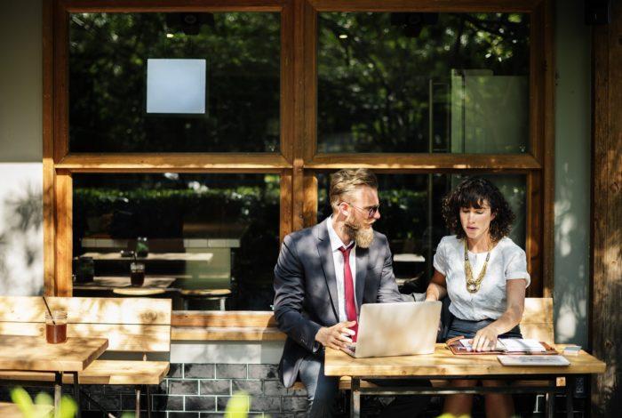 カフェで横並びの二人