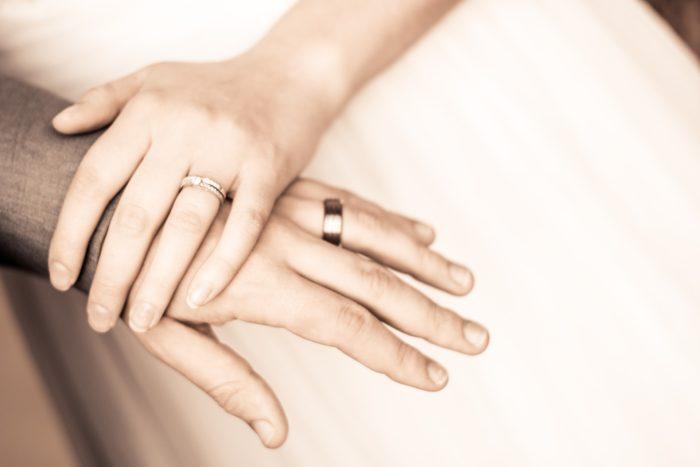 重なる手と手