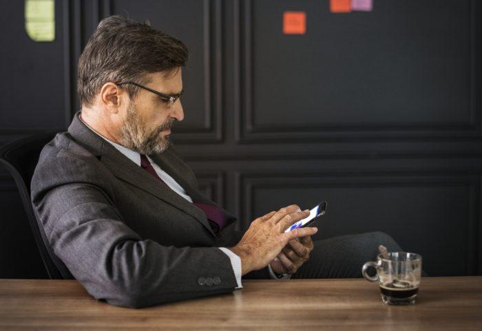携帯見る50代男性