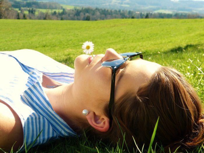 草原で寝ころぶ女性