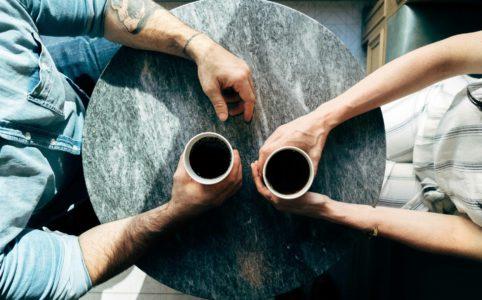 向かい合いコーヒー
