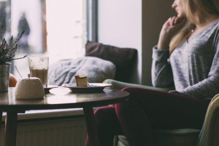 カフェで考える女性