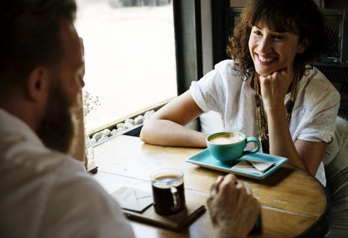 カフェで向かい合う男女