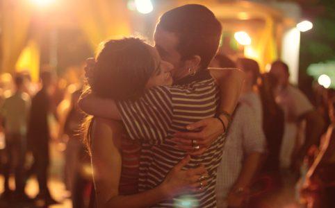夜抱き合う男女