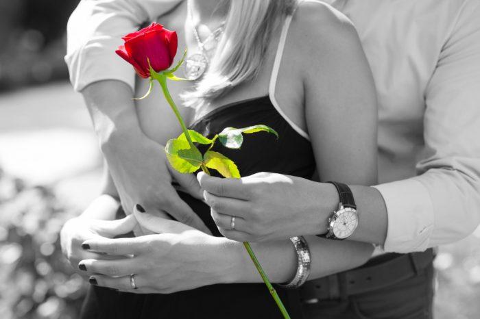 赤いバラを差し出す男