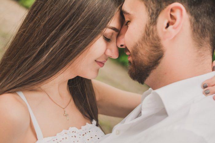 顔をくっつけるカップル