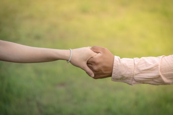 女性の手をとる