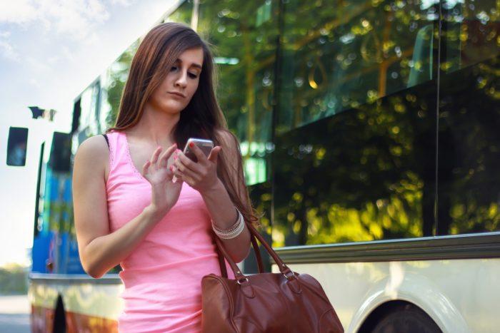 バスの前の女性