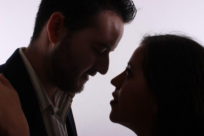 見つめ合う男と女