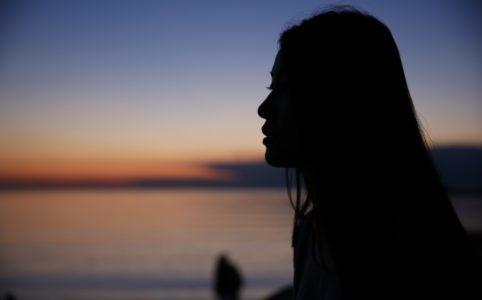 サンセット女性の影