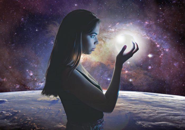 光を見つめる女