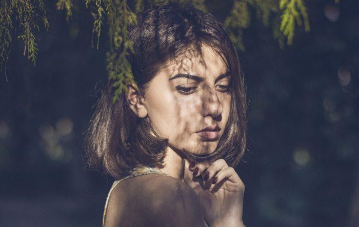 木陰の女性