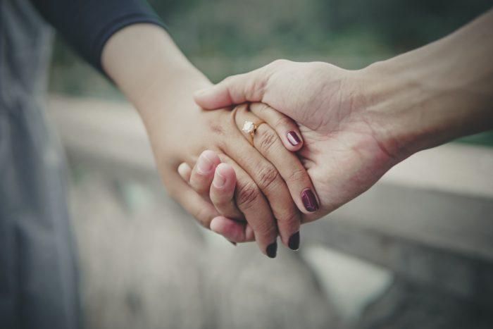 握る手に結婚指輪